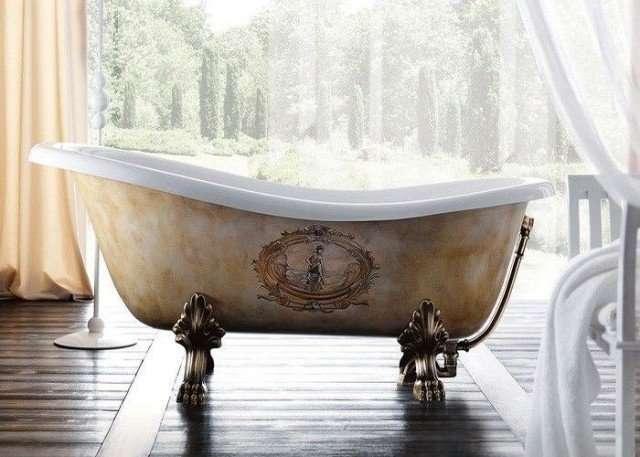 vasca da bagno con piedini decorata