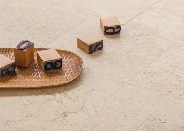pavimento in travertino formato 30x30 centimetri con posa a correre