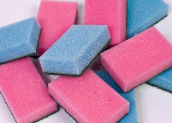 pulire le piastrelle del bagno